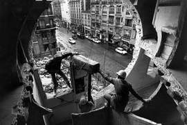 "Gordon Matta-Clark ja Gerry Hovagimyan loomas installatsiooni ""Conical Intersect"". Pariis, 1975. Foto: Harry Gruyaert. The Estate of Gordon Matta-Clarki ja David Zwirneri galerii (New York / London) loal"